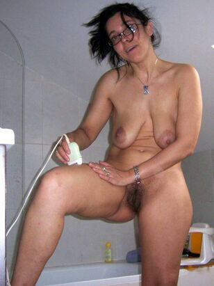 Bellied chick with unshaved cunt washes his large bod in..