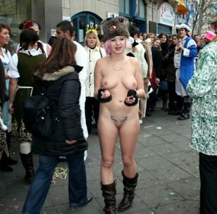 Bare doll nudists on the streets of Euro cities, bare pics